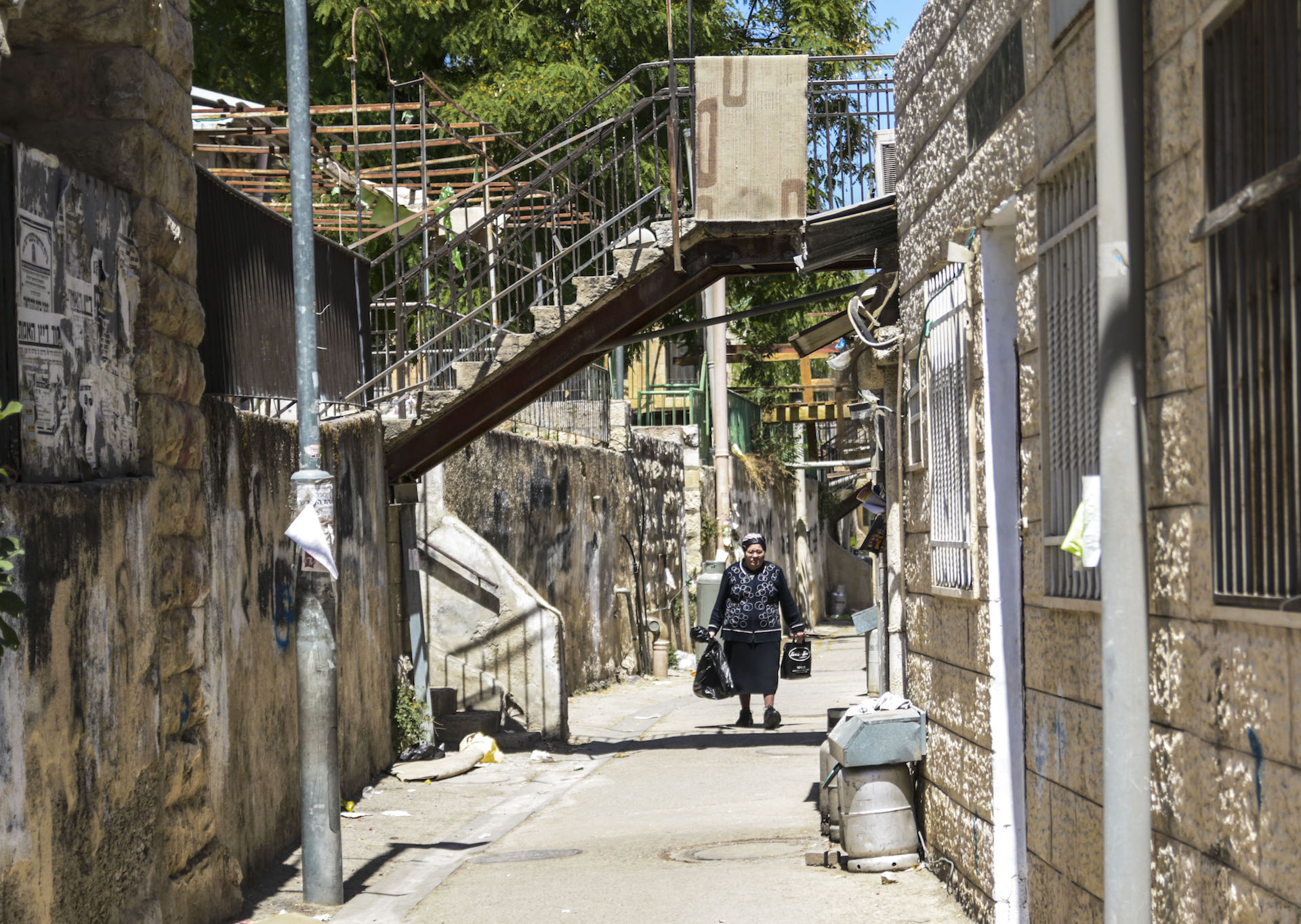 Haredi woman walks back home with groceries in the backstreets of Mea Shearim, an Ultra-Orthodox neighborhood in Jerusalem. Photo: Gustavo Martínez|30 May 2016