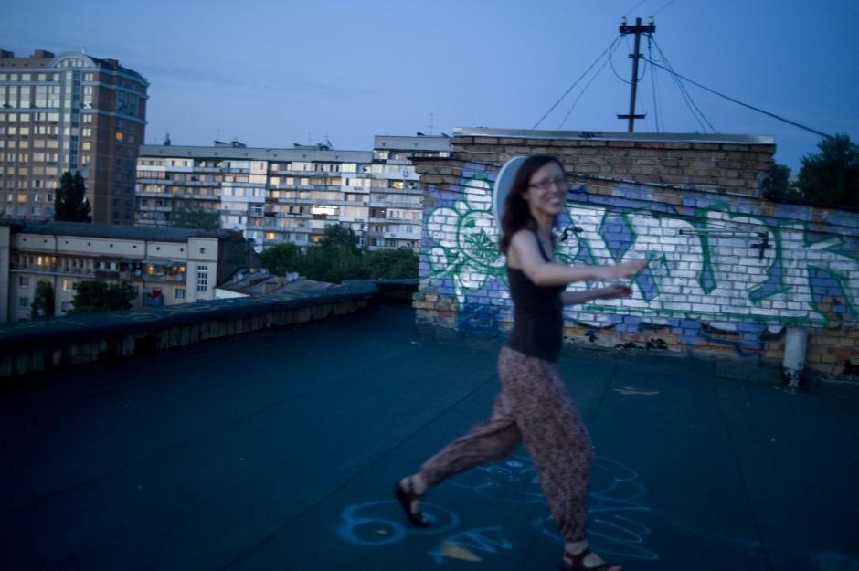Oksana dances on the roof