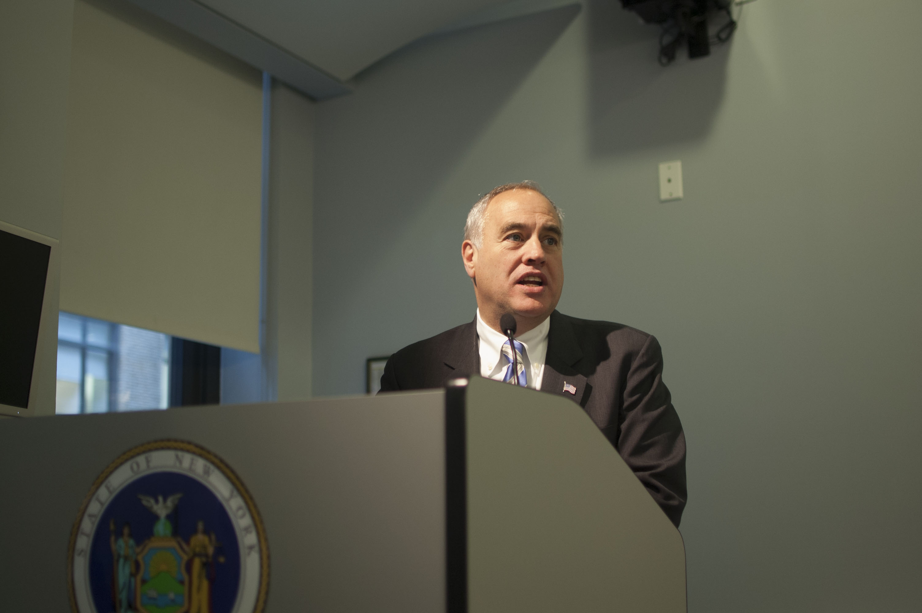 State Comptroller Tom DiNapoli speaks to the community and ethnic press at the CUNY Graduate School of Journalism. (Photo by Ann Marie Awad)